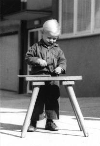 1970 | Als Sohn und Bruder von zwei älteren Schwestern beginnt Eberhard Bürkle jun. bereits in jungen Jahren mit Arbeiten an seiner Werkbank. Früh übt sich!